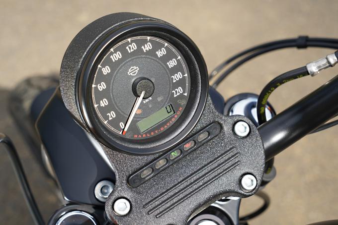 低く構え細身でまとめた抜群のプロポーションを持つ、スポーツスターのアイアン883を試乗インプレの17画像
