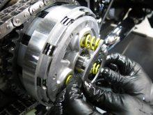 渋滞中の疲労を大幅軽減するリクルスのハーレー用セミオートマシステムの画像