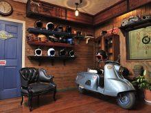 TT&CO. のスモールジェットヘルメットが並ぶガレージ感漂うリアルな空間の画像