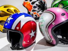 現代の安全性で70年代の巧みなデザインを再現したジェットヘルメットの画像